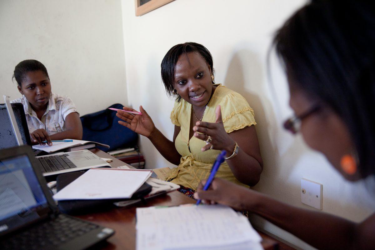 Phyllis Omido puhuu kollegoidensa kanssa toimistossa