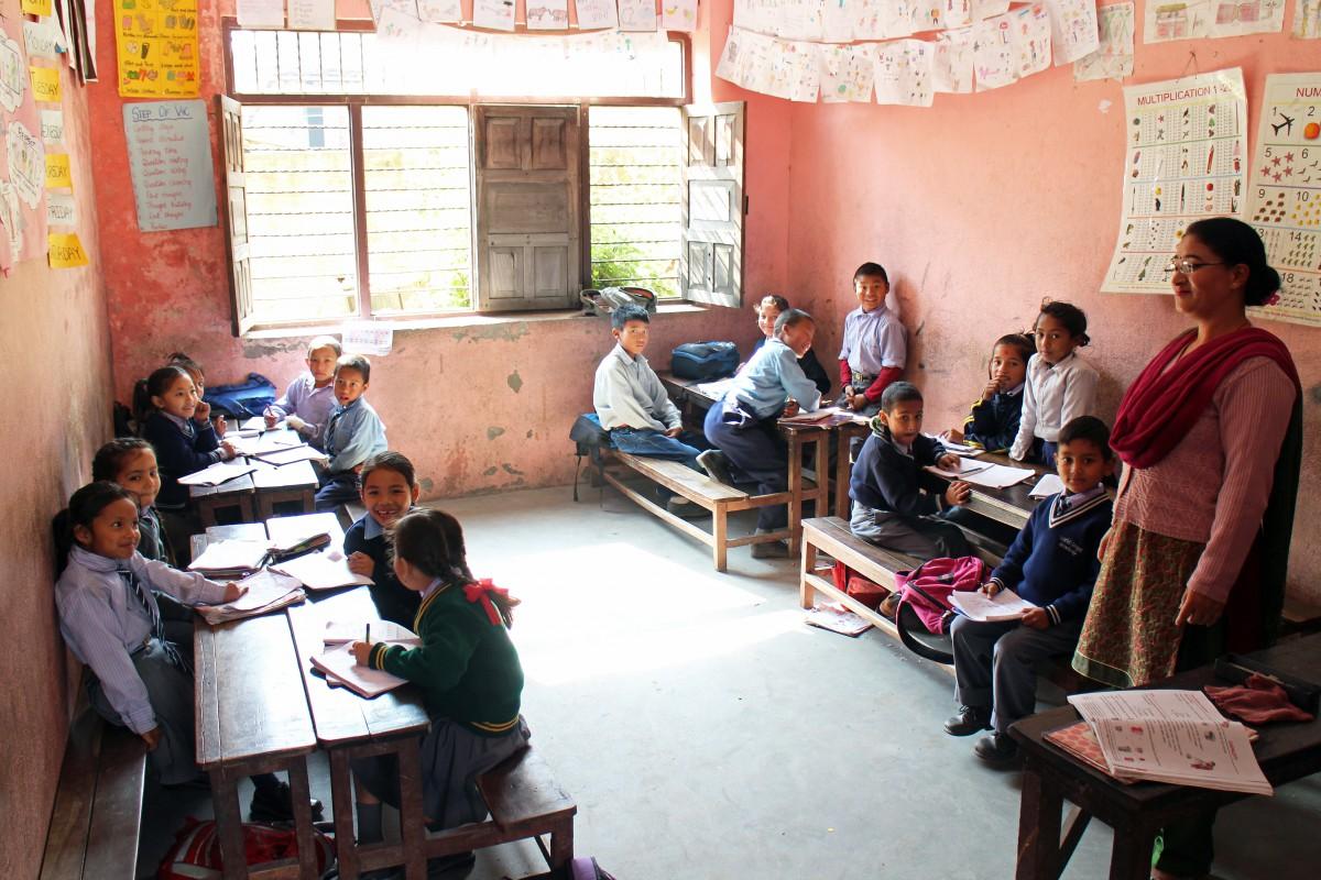 [:en]A school class in Kathmandu in the midst of studying.[:fi]Kurkistus kathmandulaisen koululuokan arkeen.[:]